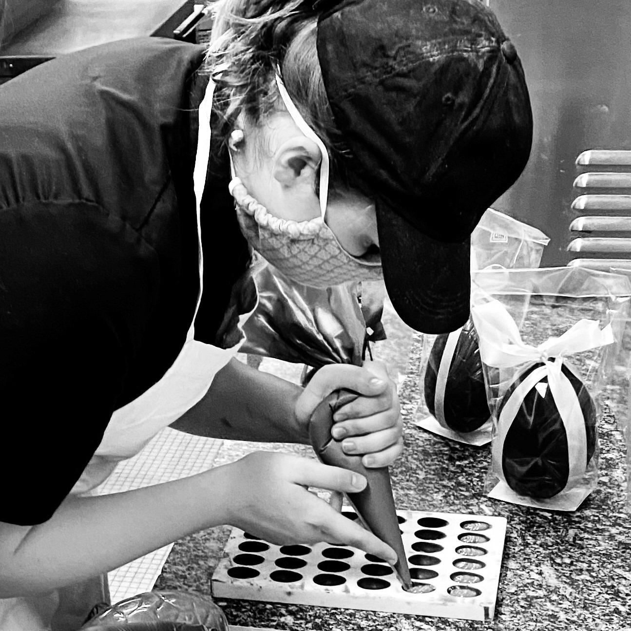 Marine prépare les chocolats de La Briacine