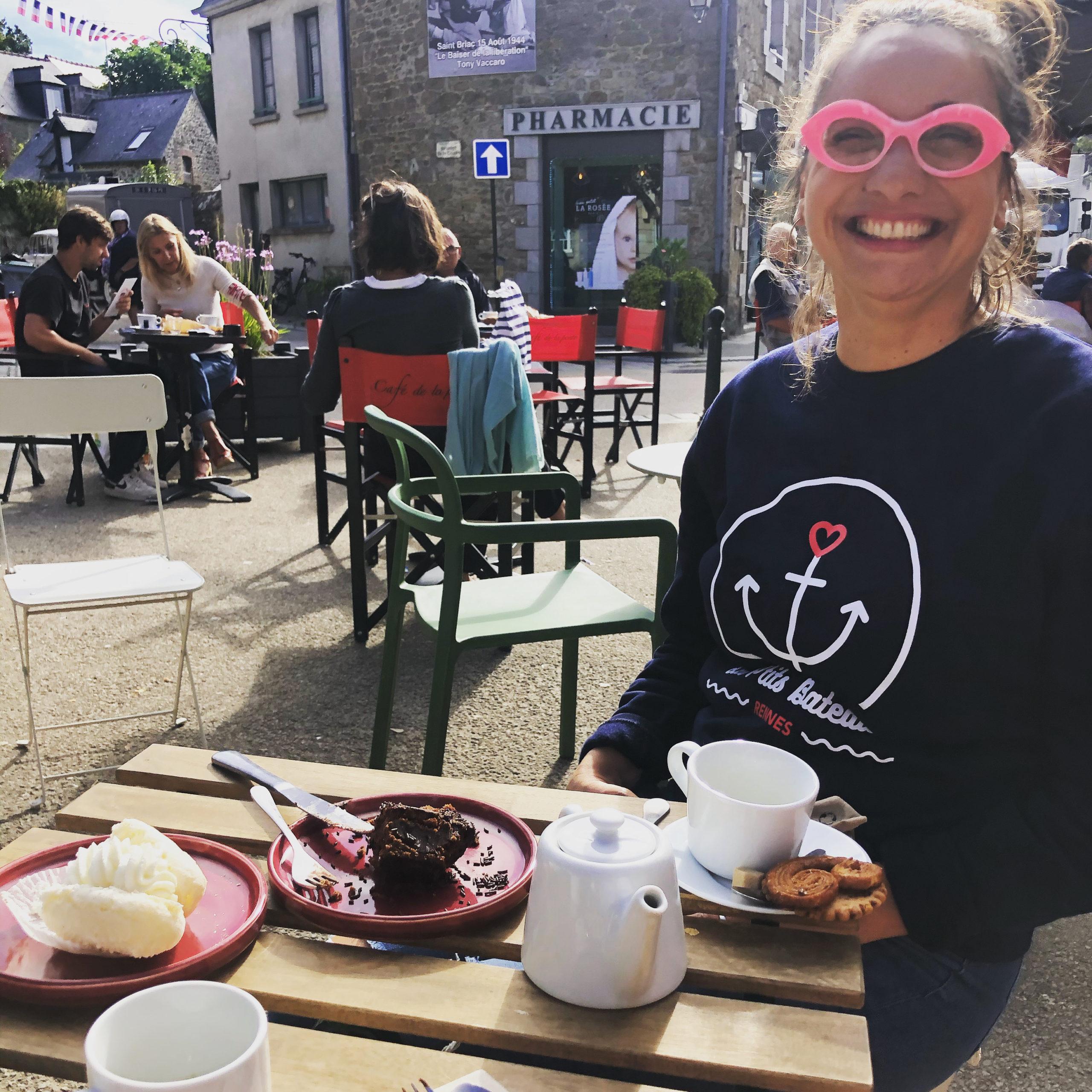 Sourire sur la terrasse de la Pâtisserie rose de Saint-Briac
