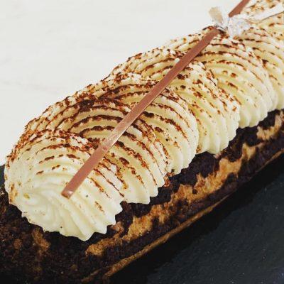 Eclair tiramisu avec un crumble cacao et ganache montée vanille, par Sarah Thiaud à la Briacine