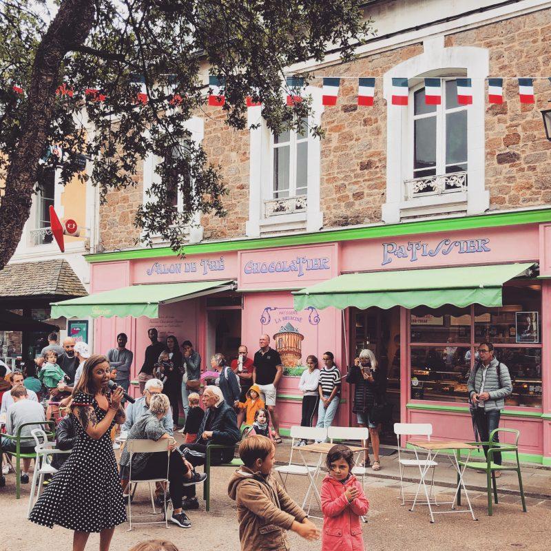 Le 14 juillet devant la pâtisserie Rose de Saint-Briac, la Briacine